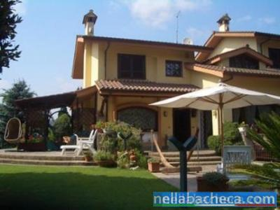 Rocca di Papa prestigiosa villa con giardino e dependance