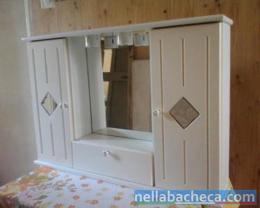 Mobile bianco con specchiera da bagno